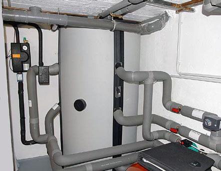 Keller mit Pufferspeicher und Leitungen